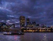 Stad van de horizon van Londen bij schemer Stock Foto's