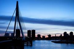 Stad van de Horizonsilhouet van Rotterdam Stock Foto's