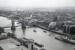 Stad van de mening van Londen met Torenbrug en Rivier Theems Stock Foto