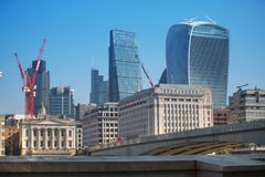 Stad van de mening van Londen van de rivier Theems, de Walkie-talkiebouw en moderne wolkenkrabbers Londen, het UK Royalty-vrije Stock Afbeeldingen