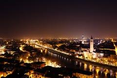 Stad van de nachtlandschap van Verona stock afbeeldingen