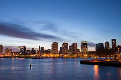 Stad van de Riviermening van Rotterdam bij Schemer Stock Afbeelding