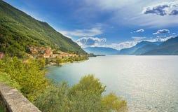 Stad van Dorio langs de kust van Meer Como op een zonnige dag Stock Afbeeldingen