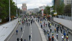 Stad van fietsers Duizenden fietsers op een stadsstraat stock videobeelden