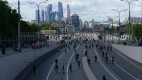 Stad van fietsers Duizenden fietsers op een stadsstraat stock video