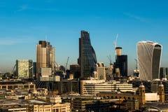 Stad van van het de wolkenkrabbersbureau van Londen de gebouwenhorizon in middag stock afbeeldingen