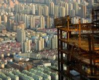 Stad van hierboven met hoge stijgingsbouw wordt gezien in voorgrond die Stock Fotografie