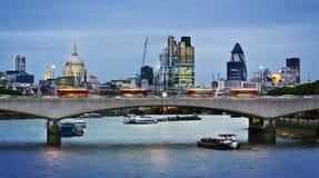 Stad van Londen bij schemer Stock Afbeeldingen