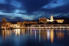 Stad van Malaga bij schemer. Spanje Stock Afbeeldingen