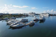 Stad van Miami, Florida in Biscayne-Baai wordt weerspiegeld die royalty-vrije stock afbeelding