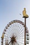 Stad van Nice met veerbootwiel en beeldhouwwerken Royalty-vrije Stock Afbeeldingen