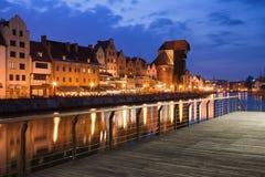 Stad van Oude de Stadshorizon van Gdansk bij Nacht Stock Foto's