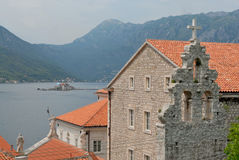 Stad van Perast, Baai van berg Kotor en Lovcen Stock Foto's