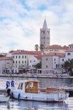 Stad van Rab, op een eiland Rab in Kroatië, mening bij oude stadscentrum en haven Royalty-vrije Stock Foto's