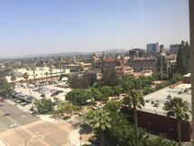 Stad van Rivieroever Californië met Opdrachtherberg op achtergrond royalty-vrije stock afbeeldingen