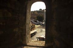 Stad van Rome door een kasteelvenster dat wordt gezien Stock Foto's