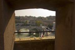Stad van Rome door een kasteelvenster dat wordt gezien Stock Foto