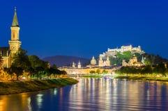 Stad van Salzburg met beroemde Festung Hohensalzburg en Salzach-rivier stock afbeelding