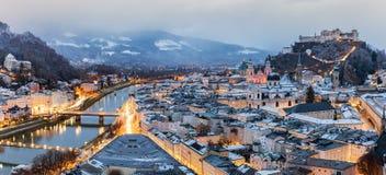 Stad van Salzburg in Oostenrijk op een vroege de winterochtend Stock Fotografie