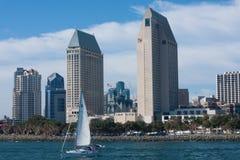 Stad van San Diego met hotels, gebouwen, zeilboot, baai Stock Fotografie