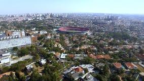 Stad van Sao Paulo, Brazilië Clubvoetbal of het Stadion of Cicero Pompeu Toledo Stadium van Morumbi op de achtergrond stock video