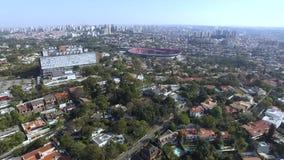 Stad van Sao Paulo, Brazilië Clubvoetbal of het Stadion of Cicero Pompeu Toledo Stadium van Morumbi op de achtergrond stock videobeelden