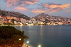 Stad van Saranda in Albanië bij Stock Afbeeldingen
