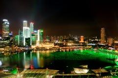 Stad van Singapore en de Baai van de Jachthaven bij nacht Stock Foto