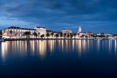Stad van Spleet in Kroatië bij nacht, Adriatische overzees stock foto's
