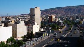 Stad van Tabriz met het Iraanse vlag vliegen stock videobeelden