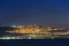 Stad van Tiberias bij nacht stock foto's