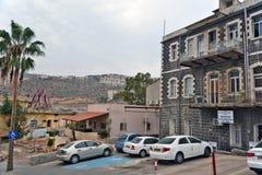 Stad van Tiberias-het leven op de straten: mensen, auto's op de straat Stock Foto's