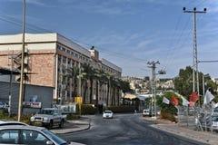 Stad van Tiberias-het leven op de straten: mensen, auto's op de straat Stock Foto
