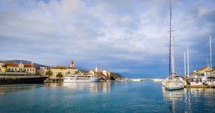 Stad van Trogir-jachthaven en de oude mening van de stadsarchitectuur, Unesco-de plaats van de werelderfenis in Dalmatië, Kroatië Royalty-vrije Stock Afbeelding