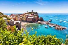 Stad van Vernazza in zonnige dag Stock Afbeelding