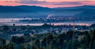 Stad van verre berg op de roze hemelachtergrond , haven stock fotografie