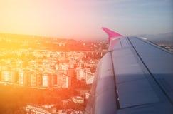 Stad van vliegtuigvenster Zonsopgang Royalty-vrije Stock Fotografie