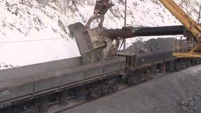 Stad van Yasny, het gebied van Orenburg, Rusland, Steengroeve voor de extractie van chrysotile asbest, 02/10/2018 stock video