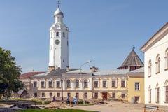 Stad Veliky Novgorod kremlin De ru?nesdeur van Poggioreale in balkon stock fotografie