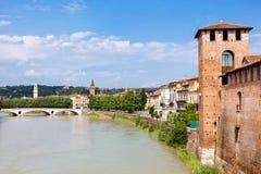 Stad Verona op de banken van de rivier, Italië stock afbeelding