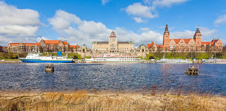 Stad vid floden Royaltyfria Foton