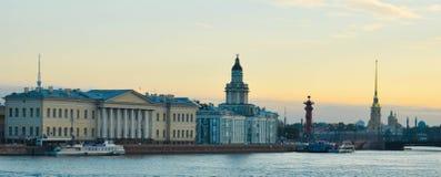 Stad vid floden, bro som är industriell, himmel Royaltyfria Bilder