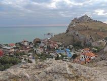 Stad vid havssolnedgångsikten uppifrån Fotografering för Bildbyråer