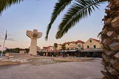 Stad Vodice i Kroatien arkivbild