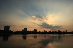 Stad in zonsondergang Royalty-vrije Stock Foto