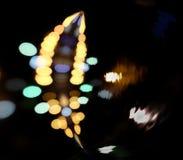 Stadbokehbakgrund Staden tänder i bakgrunden med görande suddig fläckar av ljus Royaltyfria Foton