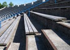 Stade avec longs bancs en bois pour des sièges. Photo stock