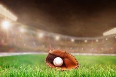Stade de base-ball extérieur avec le gant et la boule, et espace de copie image stock