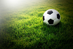 Stade de football de terrain de football sur le sport de ciel bleu d'herbe verte Images stock