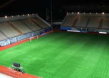 Stade de football vide la nuit Photographie stock libre de droits